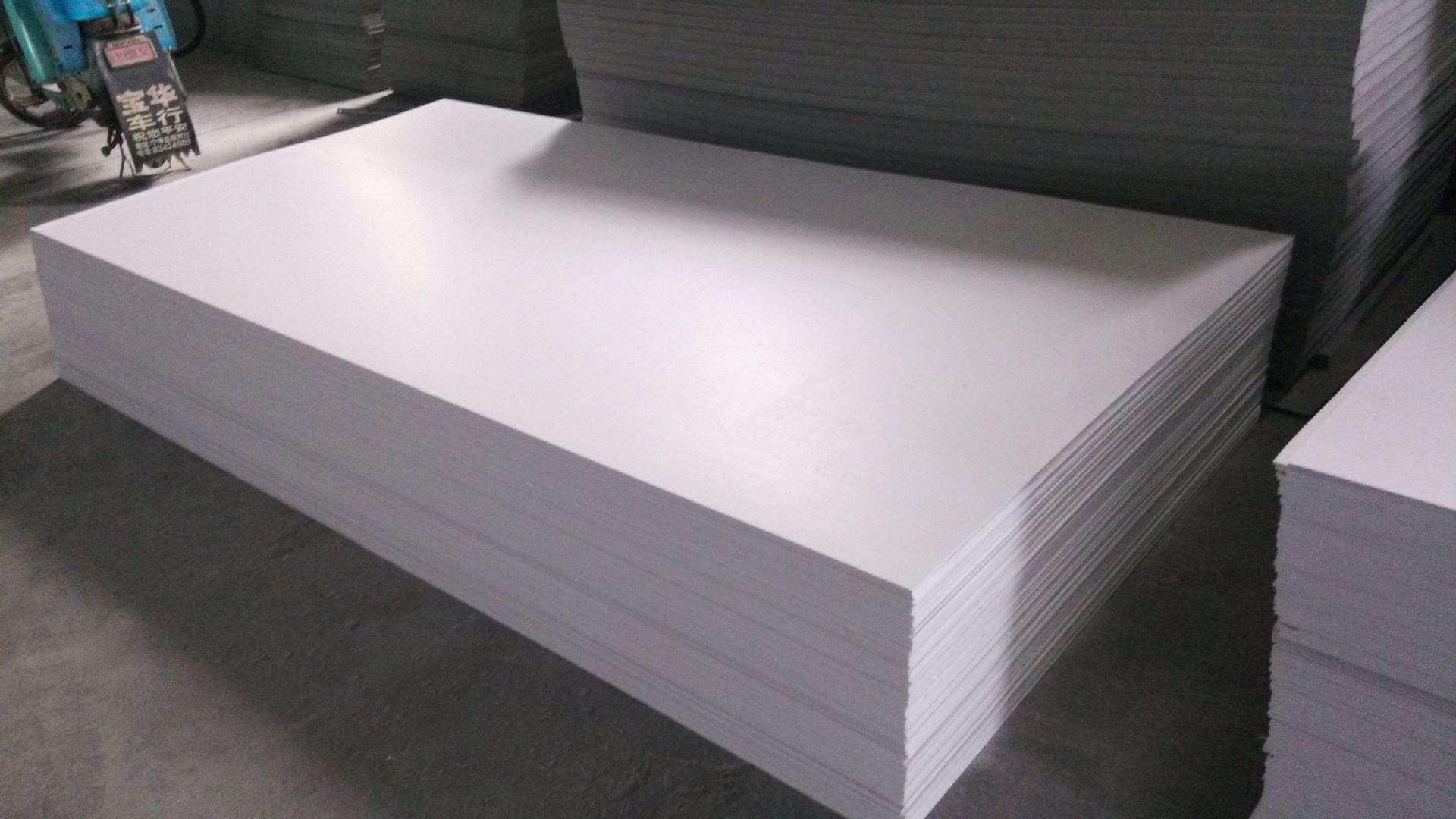 用什么方法可以除去PVC硬板上边的污迹呢?